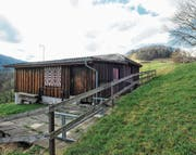 Der Eichberger Schiessstand liegt an idyllischer Aussichtslage auf dem Chäpfli. Soll hier aber auch künftig geschossen werden, muss der Kugelfang am Hoch-Chapf (im Bild rechts oben) saniert werden. (Bild: Max Tinner)