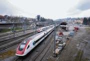 Beim Bahnhof St. Fiden soll dereinst ein neuer Stadtteil entstehen. Das Grundstück rechts des Güterschuppens hat die Stadt 2012 gekauft. (Bild: Urs Bucher)