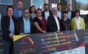 Pascal Zäch (links) vom Kinotheater Madlen verkündete Partnern und Sponsoren (v. l.) gestern das «Kulturbrugg»-Programm: Roger Schneider (Gravag), Erich Kühnis (Kühnis Brillen & Hörwelt), Judith Spirig (Sonnenbau), Denise Zellweger (Madlen), Christian Häle (Sonnenbau) Norbert Büchel (Die Mobiliar), Enrique Rubio (Amag), Doris Büchel (Die Mobiliar), Marc Gerosa (Amag) und Sabina Saggioro (Verein St. Galler Rheintal). (Bild: seh)