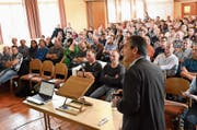 Das Interesse am Thema Antibiotikaeinsatz in der Landwirtschaft war gross. Der Saal des «Toggenburgerhofs» in Kirchberg war anlässlich Roger Stephans Referat bis auf den letzten Platz voll. (Bild: Urs M. Hemm)