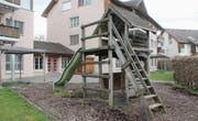 Der Sandkasten ist mit einer Blache abgedeckt, der Spielturm verwaist. Nach dem Umzug des Kindergartens ins Primarschulhaus Brühlacker sind der Spielplatz und die beiden über einen Durchgang verbundenen Wohnungen an der Sandackerstrasse verwaist. (Bild: Andrea Häusler)