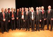 Der Verwaltungsrat der Raiffeisenbank Neckertal und die Mitarbeiterinnen und Mitarbeiter. (Bild: Cecilia Hess-Lombriser)
