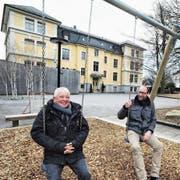 Jean-Pierre Villommet und Daniel Schelling auf dem erweiterten Spielplatz im Innenhof des Kinder- und Jugendheims Bild. (Bild: Max Tinner)