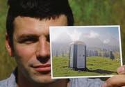 Postkarten TOI TOI: Nicolas Sourvinos vom Kunsthallen-Vorstand zeigt die Postkarte mit dem TOI TOI-Sujet vor den Churfirsten. (Bild: Hansruedi Kugler)