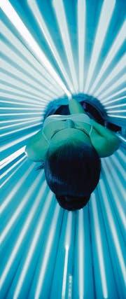 Eine Frau bräunt sich im Solarium. (Bild: Igor Mojzes/Fotolia)