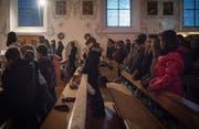 Für die Rorate werden in der Pfarrkirche Dutzende Lichtkerzen angezündet. (Bilder: Benjamin Manser)