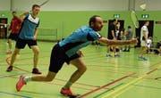 Mischa Thurnherr (vorne) und Stefan Rech vom organisierenden Badminton-Club St. Margrethen streckten sich am neunten Rheintaler Badminton Open in der 1. Stärkeklasse der Doppel-Konkurrenz meist vergebens. (Bild: Yves Solenthaler)