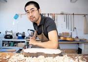 Der gebürtige Japaner Yojiro Hamasaki hat sein Geigen- und Gitarrenbau-Atelier kürzlich von Lichtensteig nach Wattwil verlegt. (Bild: Matthias Giger)