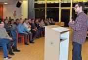 Pascal Roth (Präsident FC Rebstein und Projektleiter «Birkenau 2025» orientiert die Bürgerinnen und Bürger über den geplanten Ausbau der Sportanlage. (Bild: Monika von der Linden)