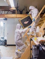 Hinter den Kulissen herrscht Ausnahmezustand. Mitarbeiterinnen in Anzügen zum Schutz gegen giftige Chemikalien zügeln Zehntausende Objekte. (Bild: Benjamin Manser)