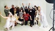 Bei einem Fotoshooting präsentieren sich die Darstellerinnen und Darsteller in ihren Kostümen. (Bild: PD)