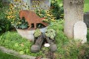 Altes Schuhwerk wird kurzerhand zum Blumentopf umfunktioniert. (Bild: Ralph Ribi)