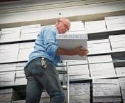 In Hannes Schmids Atelier stapeln sich unzählige Kartons, in denen Fotos weltbekannter Künstler zu finden sind. (Bild: Ralph Ribi)