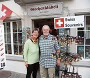 Das Ehepaar Meier vor ihrem Geschäft. (Bild: Luca Ghiselli)