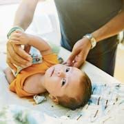 Der Vater von heute wickelt sein Kind auch unterwegs. Wickeltische sind aber nicht leicht zu finden. (Bild: Inti St. Clair/Getty)