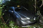 Standplatz im Unterholz: Das verunfallte Taxi. (Bild: Kapo SG)