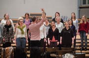 Sie nennen sich die «singenden Hühner von St. Gallen»: Der Mörschwiler Frauenchor Singallinas probt auf das Jahreskonzert. (Bild: Urs Bucher)