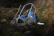 Ein 94-Jähriger stürzte mit seinem Behindertenmobil 30 Meter in die Tiefe und verstarb. (Bild: Kapo SG)