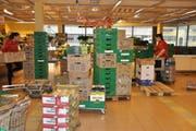 Wo sich am Morgen die Kisten mit Früchten und Gemüse stapeln, treten bald die Kunden ins Geschäft. (Bild: Sabine Schmid)