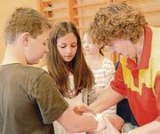 Unter Aufsicht und Anleitung der Samariterinnen lernen Kinder und Eltern viel Neues und Hilfreiches dazu. (Bild: Christine Gregorin)