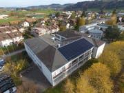 Im Rahmen der Sonderwoche «BuGaLu spart Energie» wurde eine Solaranlage auf dem Dach des Schulhauses installiert. (Bild: PD)
