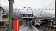 Jede dritte Lampe am Bahnhof Wattwil wird auch leuchten, wenn in der nächtlichen Betriebspause kein Zug mehr fährt. (Bild: Martin Knoepfel)