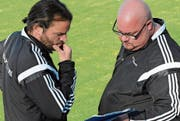 Bazenheid-Trainer Heris Stefanachi (links) und sein Assistent Kevin Kern haben in dieser Spielzeit bisher alles richtig gemacht. Die Alttoggenburger führen die Tabelle in der 2. Liga mit grossem Vorsprung an. (Bild: Beat Lanzendorfer)