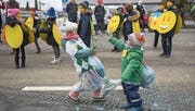 Ein Einhorn, ein kleiner FCSG-Fan, Smileys und Konfetti am Kinderumzug in Bruggen. (Bild: Michel Canonica)