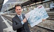 Tessin-Tourismus-Chef Elia Frapolli mit einem übergrossen Modell des Ticino-Tickets. (Bild: Gabriele Putzu/Keystone (Bellinzona, 29. November 2016))