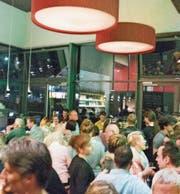 Zahlreiche Gäste probierten den ersten Schluck des Irish-Open-Air-Toggenburg-Biers in der Brauerei St. Johann. (Bild: PD)
