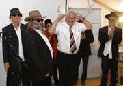 Immer zu einem Spass aufgelegt: Hans Bachmann (Mitte) wurde von der «PSA Blues Band» mit einem selbst komponierten Song verabschiedet. Seine Mitarbeiterinnen und Mitarbeiter sangen dabei von seinen Eigenheiten. Dabei erwähnten sie neben dem Schöggeliverteilen und dem Sammeln von Cumulus-Punkten besonders, dass er aus seinem liebsten Ferienland Norwegen jeweils Rentier-Geweihe mit nach Hause nehme. (Bilder: Hansruedi Kugler)