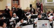 Gemeinsam mit den Gastinterpreten (hinten von links) Adrian Eugster, Trompete, Peter Lenzin, Saxofon, Britta T, Gesang, und Daniel Untersander, Dudelsack, präsentierte der Akkordeon-Club Altstätten-Berneck ein erfolgreiches Jubiläumskonzert. (Bild: Max Pflüger)