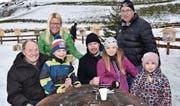 Mathias Seger, Mitte: Gruppenbild mit der Familie. Oben links Cousine Susanne Gregorin. Sie hat das Treffen mit dem Eishockeystar ermöglicht. (Bilder: Beat Lanzendorfer)