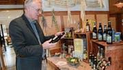 Karl Locher freut sich über die neuste Kreation seiner Brauerei: das erfrischende Ginger Beer. (Bilder: Karin Erni)