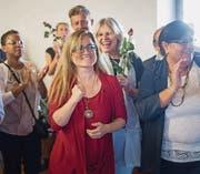 Maria Pappa (ganz in Rot) freut sich am Sonntag im Waaghaus offensichtlich über ihr gutes Resultat im ersten Wahlgang für den Stadtrat. (Bild: Michel Canonica)