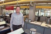 Geschäftsführer Markus Rusch in der Druckereihalle. Die 6-Farben-Druckmaschine (im Hintergrund) soll verkauft werden. (Bild: Roger Fuchs)