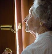Trau, schau, wem: Speziell ältere Menschen geraten immer wieder in den Fokus von Betrügern. (Bild: Getty)