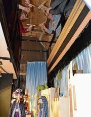 Die Spielerinnen führen die Puppen an fünf Meter langen Fäden über die Bühne. (Bild: Adi Lippuner)