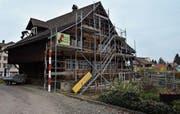 Die historischen Häuser am Eichelstock in Bütschwil werden seit vergangenem Mai renoviert. Im Bild ist das Haus Keller, in dessen unterem Geschoss derzeit eine Zweieinhalb-Zimmer-Wohnung bewohnbar gemacht wird. (Bild: Anina Rütsche)