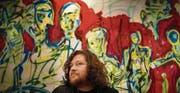 Jan-Piet Graf vor einem seiner grossformatigen Bilder – das im Gespräch während des Einrichtens der Ausstellung den Titel «Krisengipfel» bekommt. (Bild: Michel Canonica)