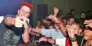 Knackeboul, einer der begnadetsten Schweizer Freestyle-Rapper, am Samstag im «Stoffel» Widnau. (Bild: Cécile Alge)