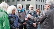 Gemeinderat Eddie Frei informierte vor dem ehemaligen Feuerwehrdepot über den Planungsstand «Marktplatzgestaltung». (Bilder: Andrea Häusler)