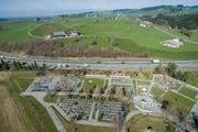 Auf dem Friedhof Hofegg in Gossau wird der Autobahnlärm auch künftig gut zu hören sein. (Bild: Benjamin Manser und Urs Bucher (16. März 2016))