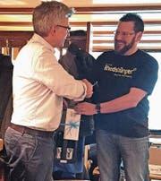 Walter Bücheli (rechts) dankte Thomas Halter, Leiter Betrieb der Appenzeller Bahnen, für sein Referat. (Bild: pd)
