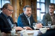 Daniel Lehmann flankiert von Elmar Hardegger, Präsident der CVP-Ortspartei und Parlamentarier Reto Mock. (Bild: Ralph Ribi)