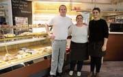 Daniel und Denise Eschenmoser mit Gjilisha Zhuta, Mitarbeiterin Verkauf in Widnau (von links). (Bild: mia)