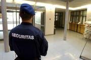 Securitas-Mitarbeiter sorgen für Sicherheit - ab und an geraten einige von ihnen aber selber in die Schlagzeilen. (Bild: Keystone (Symbolbild))