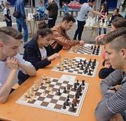 Höchste Konzentration: Am Outdoor-Schachturnier vom Mittwoch beteiligten sich über 20 Jugendliche. (Bild: pd)