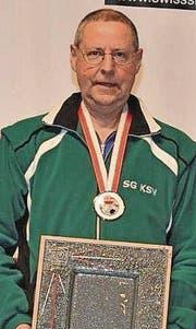 Silbermedaille und grosser Zinnteller für Josef Kläger. (Bild: Swiss Shooting)