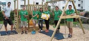 Mitarbeitende der St. Galler Kantonalbank engagierten sich für die Spielplätze der Kita Bärehuus in Wattwil. (Bild: PD)
